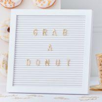 Wit letterbord met gouden letters